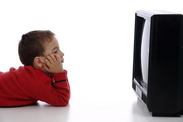 khoang cach ngoi xem tivi an toan