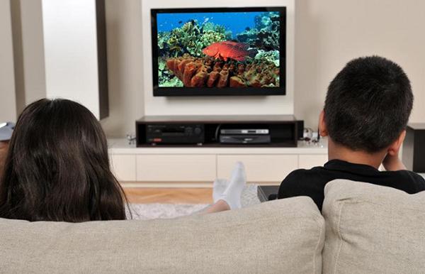 nam khi xem tivi